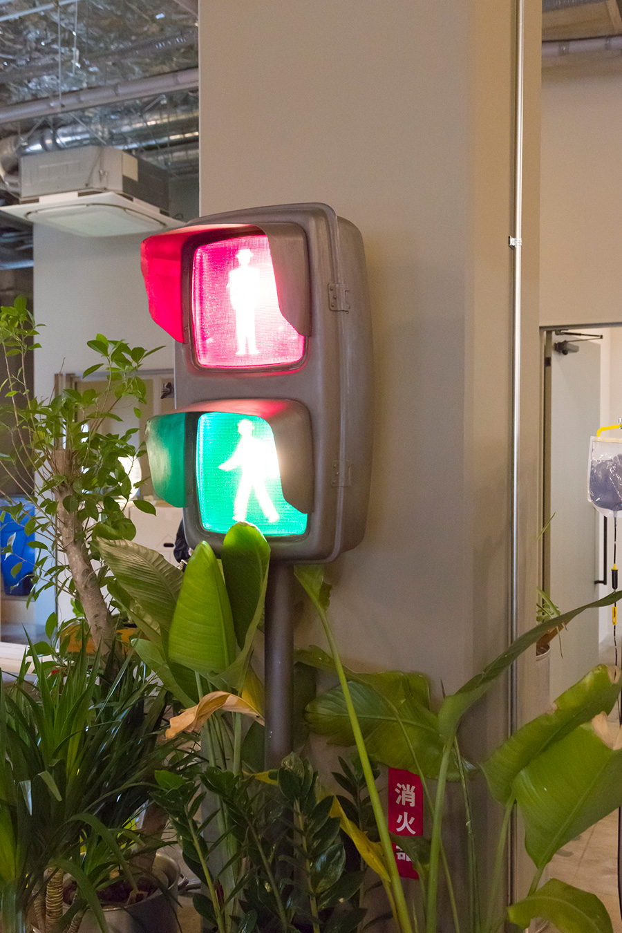 信号機がオフィスに!? 仕事場をナゴませる〈SIGNAL LAMP〉。