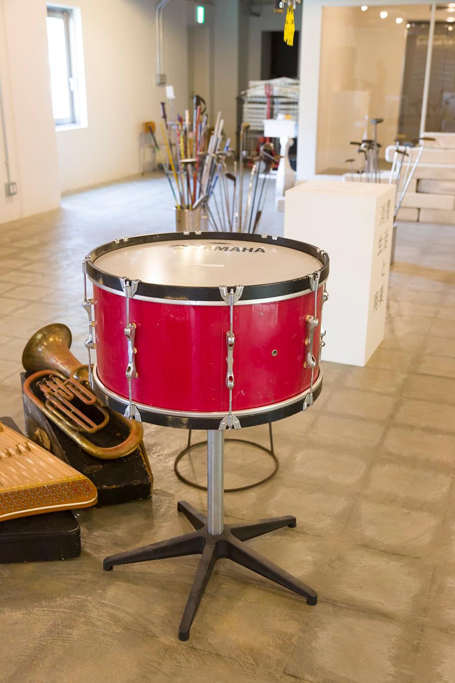 [DRUM LAMPの材料]学校の教材として使われた楽器も廃棄物となる。