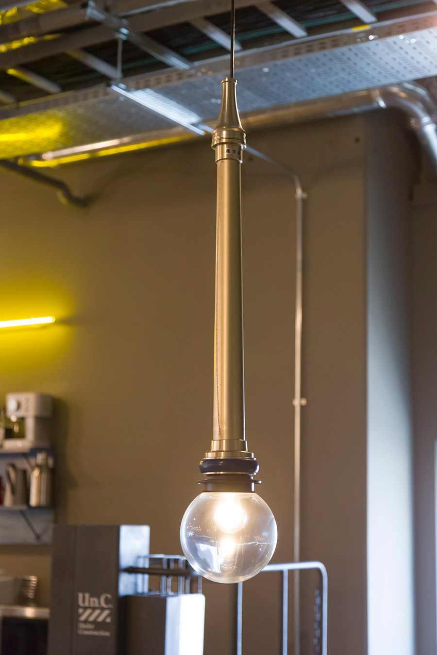 消防ホースの先についたノズルを照明器具にした〈FIRE NOZZLE LAMP〉。