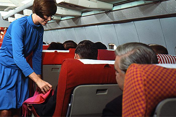 機内で使用されたブランケットやシートのファブリックデザインは、心躍る鮮やかな色使いが印象的。