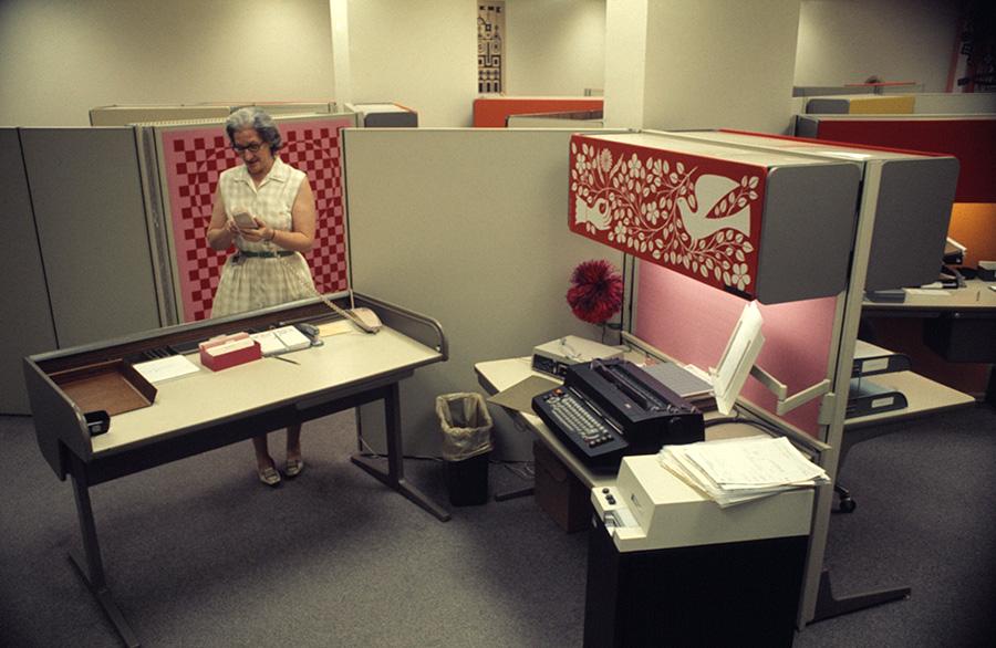 無機質なオフィスが華やかに一変。