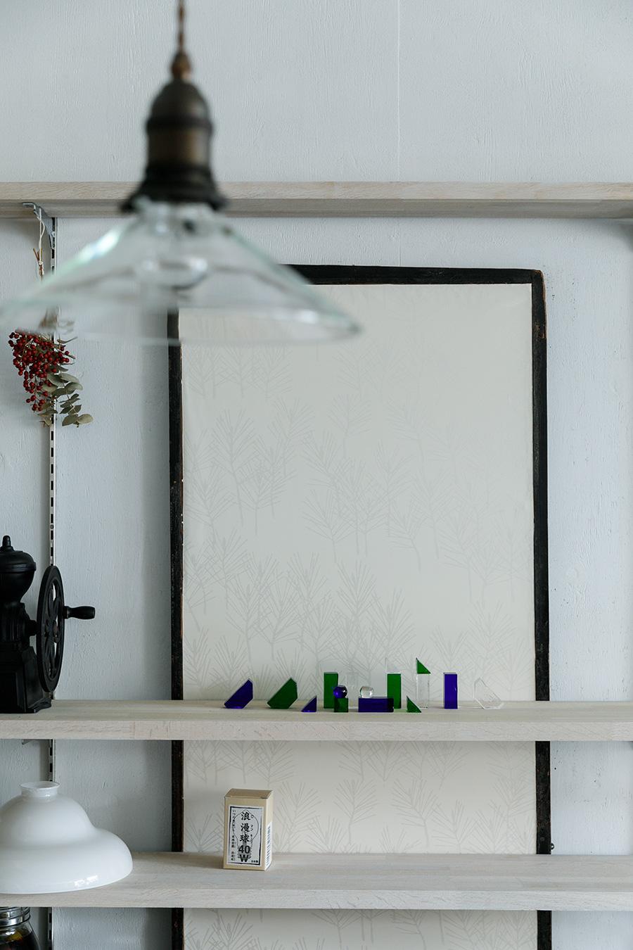 板襖は手前は襖で、裏側は板戸になっている。ボロボロだった襖紙は「春挙松」と呼ばれる松の若葉の柄の江戸からかみを張り直してもらった。「北欧デザインのような雰囲気もあって気に入りました」(奥さん)。