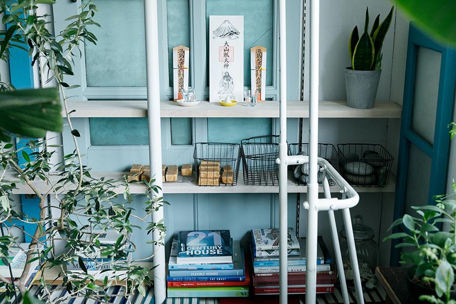 オープンラックには、本やグリーンのほかに、お札や手づくり石鹸などがディスプレイされている。