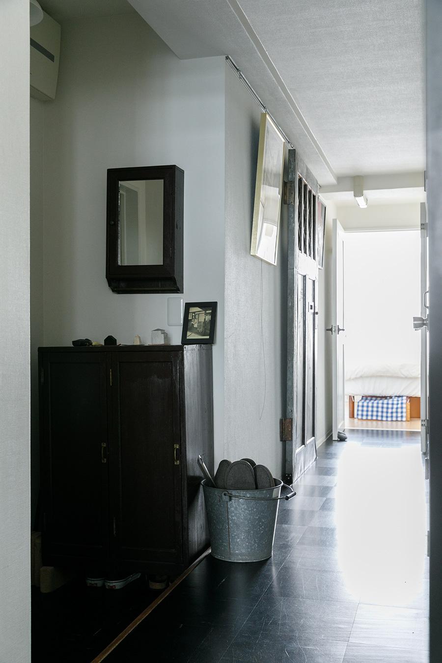 玄関から北側の子ども室へと続く廊下。床材は子ども室以外はPタイルで統一。「掃除が簡単で傷んだところだけ張り替えられるのも気がラクです」。