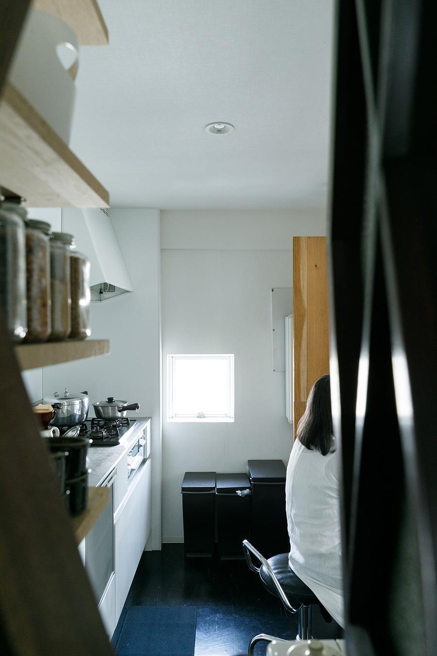 廊下側の六角窓を開けてキッチンを見る。角部屋のため、キッチンの壁面にも窓がある。3方向に開口部があるため、風が通る。