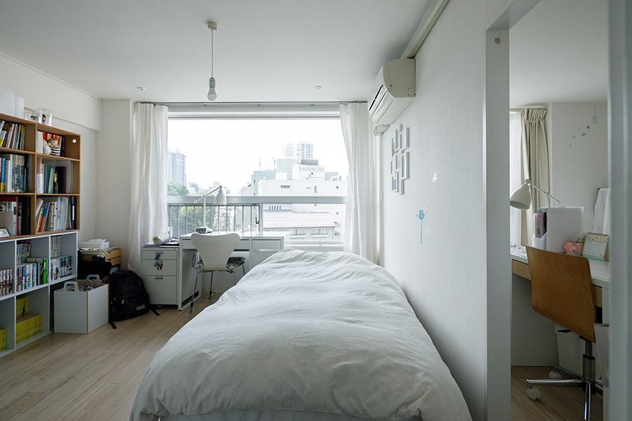 北側の次女の部屋。右手は長女の部屋。