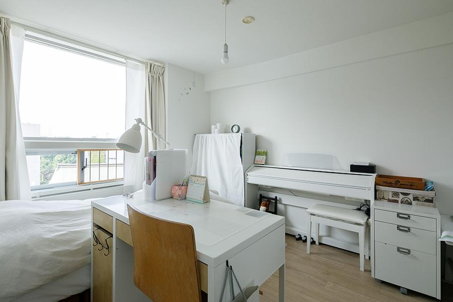 子ども室はいずれも窓が大きく明るい。床はフローリング仕上げに。