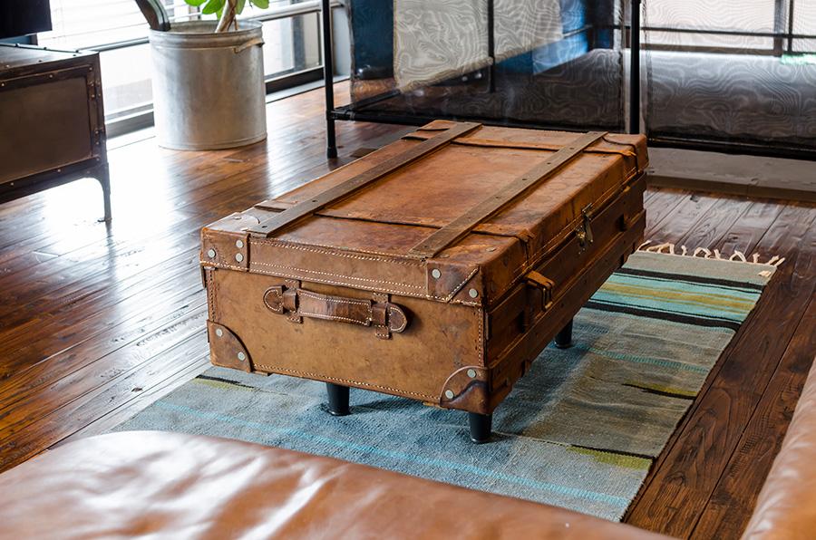 ボストンバッグをリメイクしたテーブル。中に物を入れることも可能。