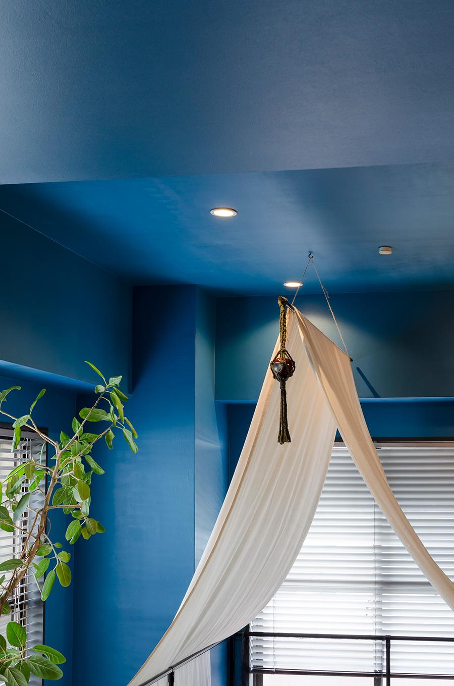 ベビーゲートを布で覆い、柔らかな空気感を演出。