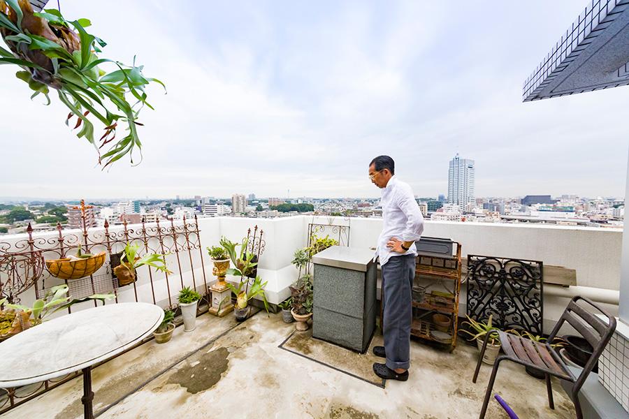 テラスに出ると空が広がり、開放感たっぷり。下には東京、城南エリアの街が広がる。