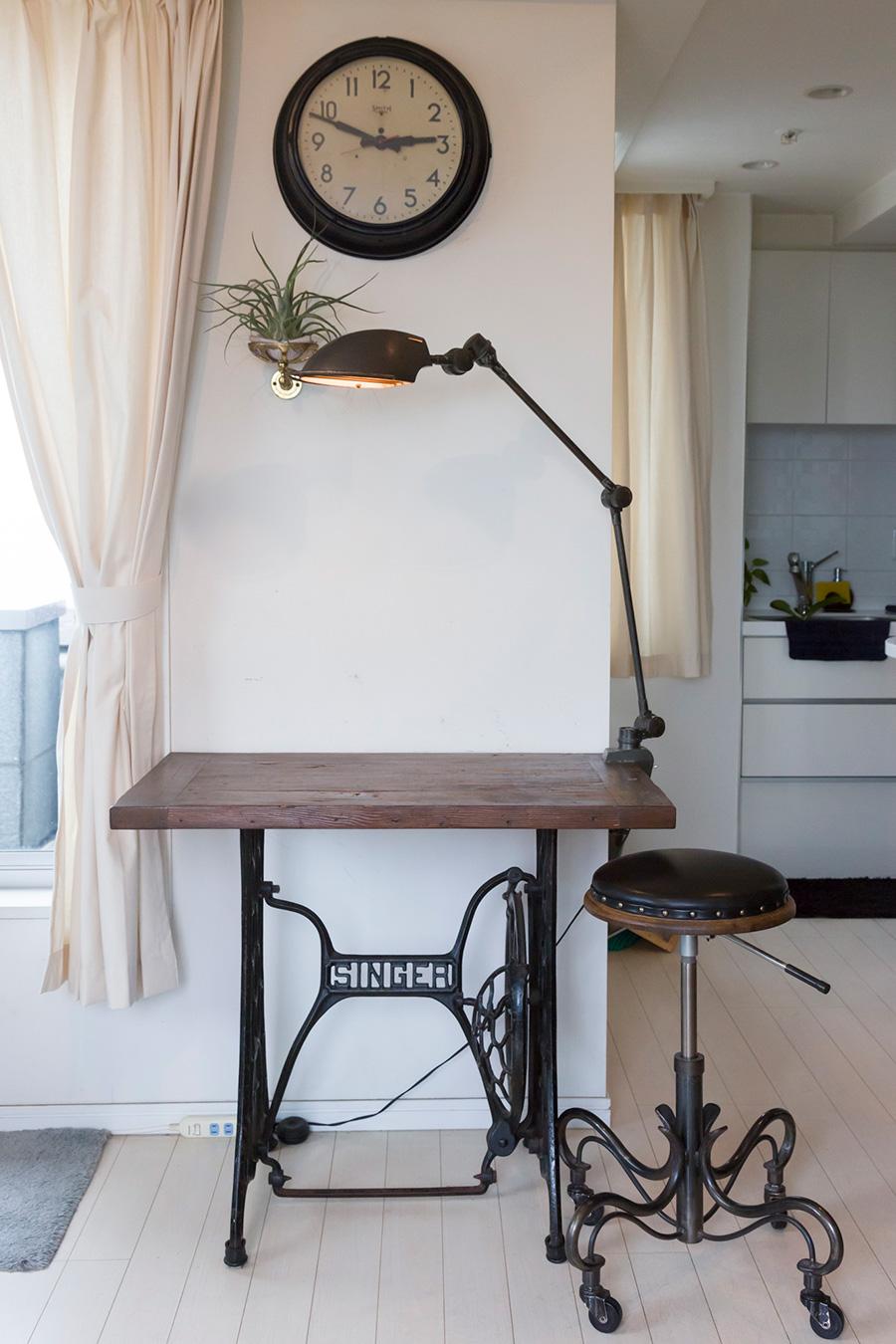 アンティークのミシン台や美容院のリプロダクトの椅子。調度品はほとんどこのマンションに越してきて揃えた。