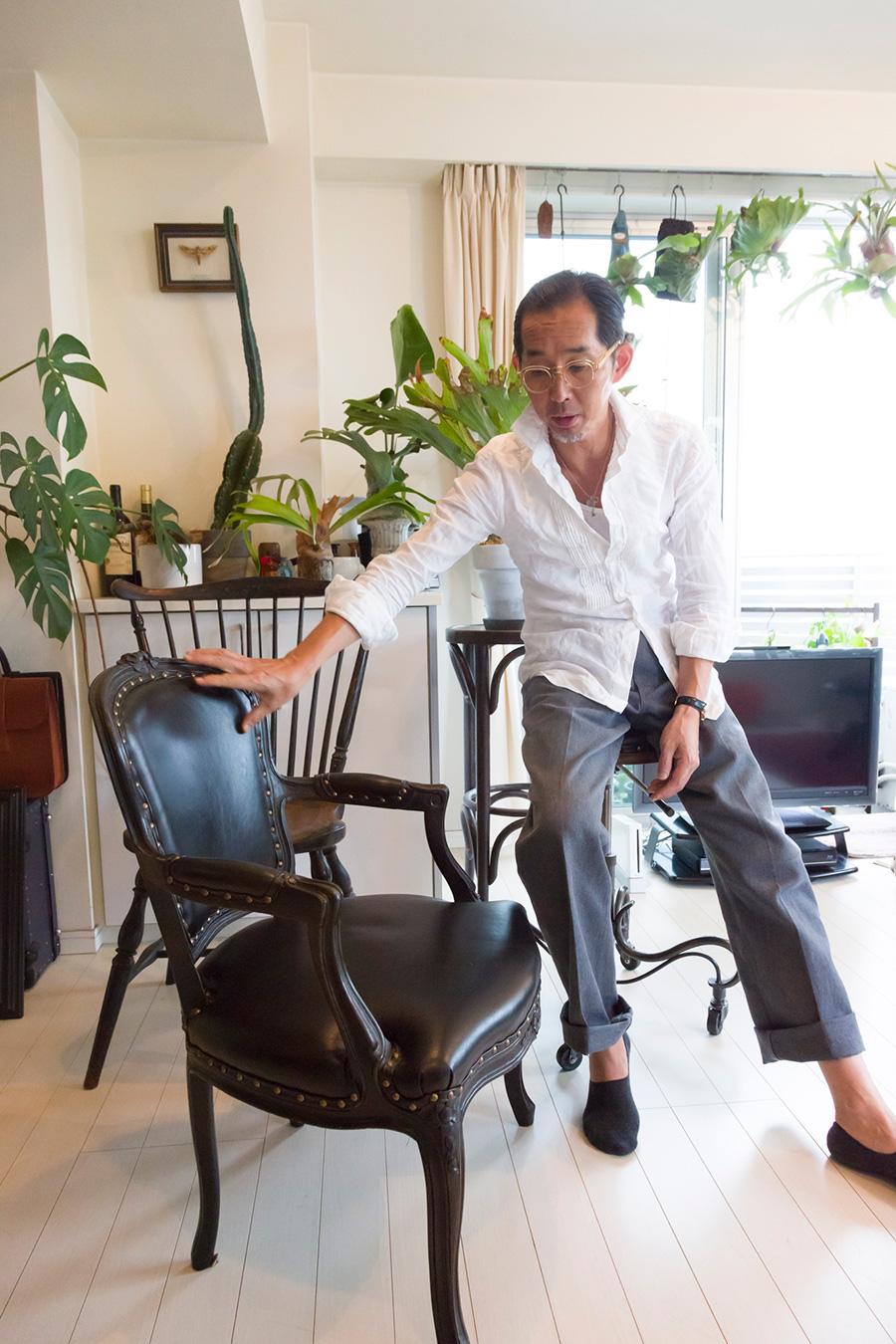 アンティークのフレームに座面を張り変えて作った椅子について語る、「UNION WORKS」 代表、中川一康さん。