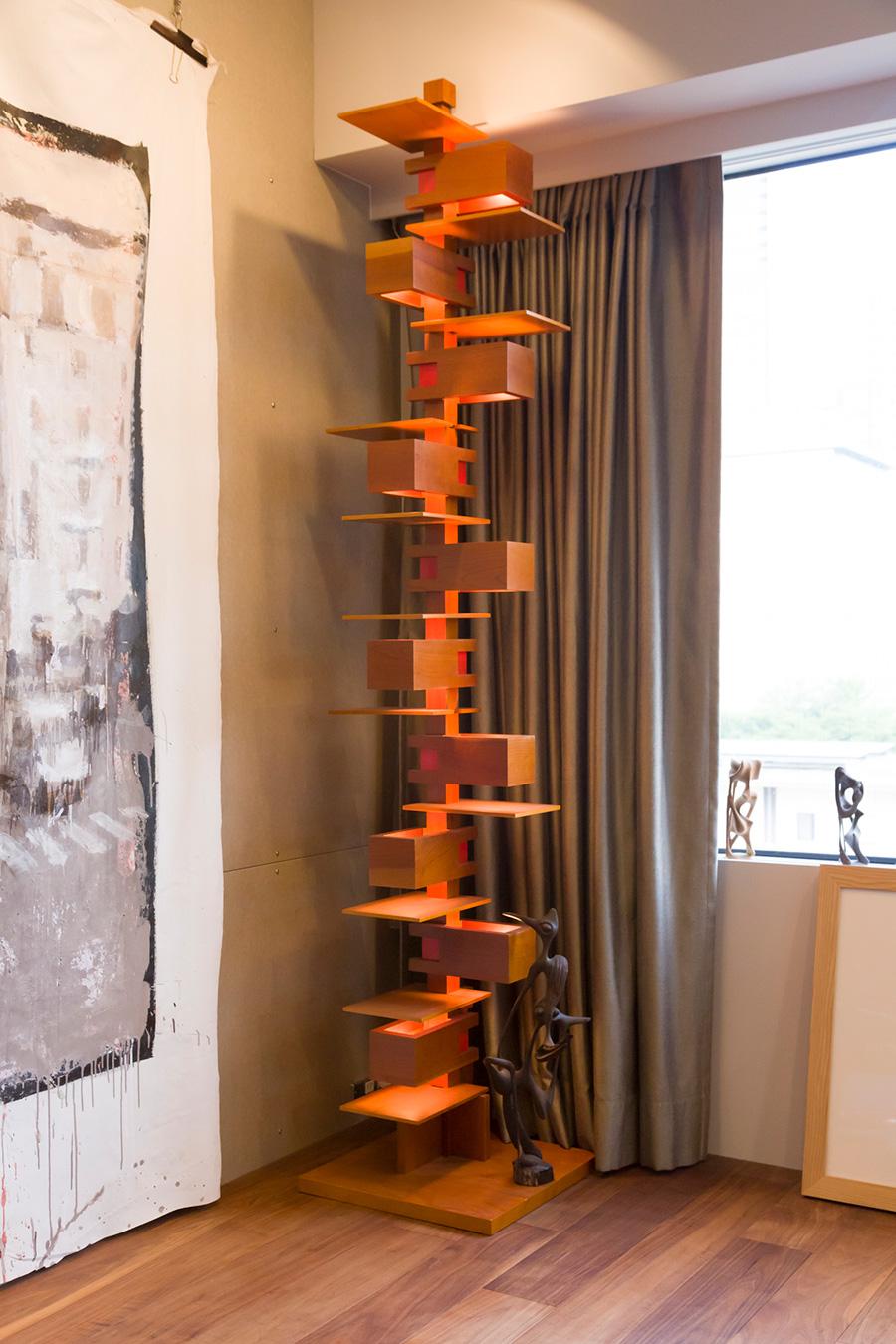 部屋の中にはもうひとつのタワー、建築家フランク・ロイド・ライトの名作、『タリアセン2』のフロアライト。