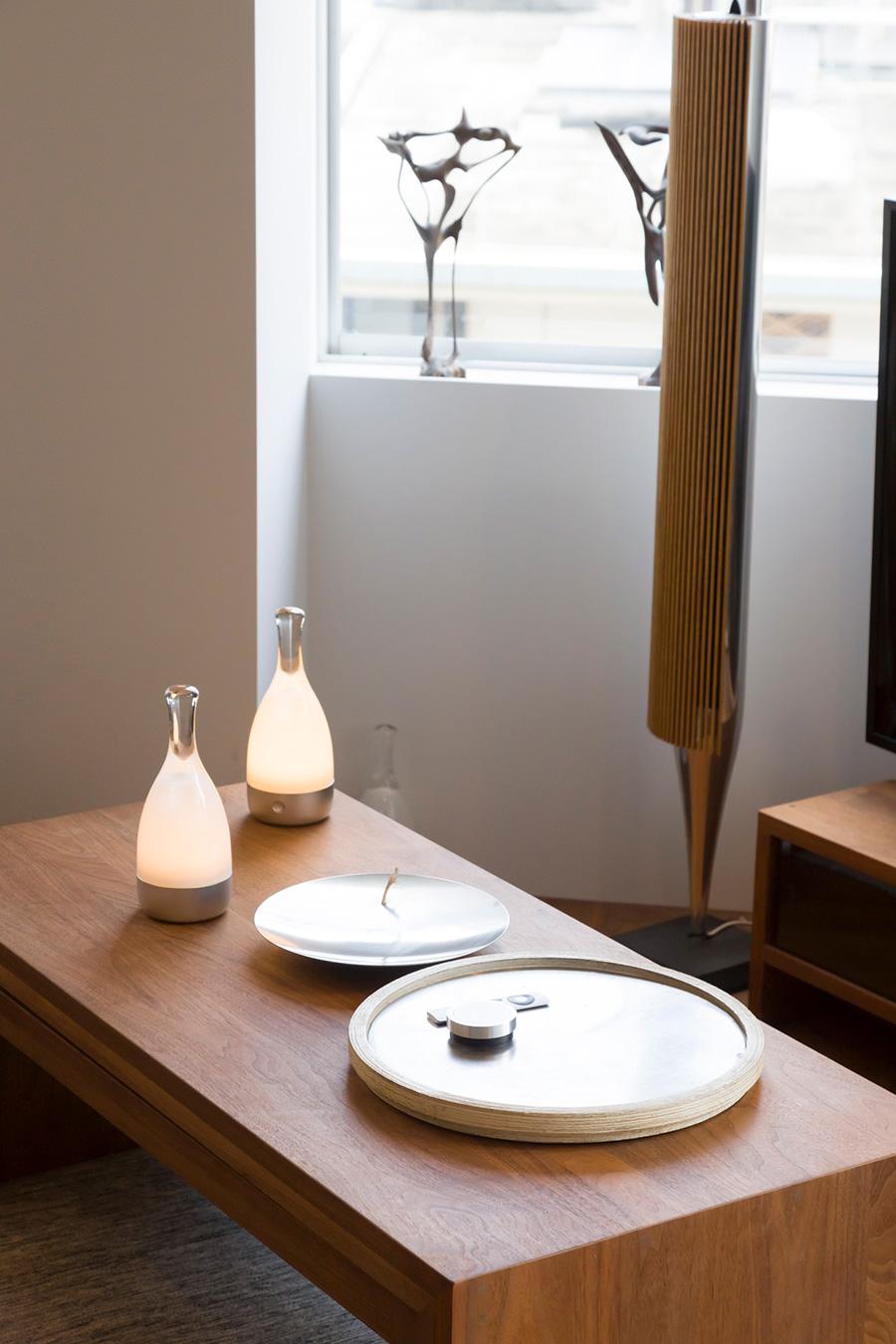 しずく型の卓上の間接照明は〈アンビエンテック〉のもの。「充電式で持ち歩いて好きな場所に置けます。オススメです」。スピーカーは〈Bang & Olufsen〉。