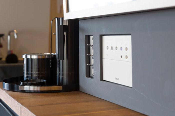 スイッチ類は最小限のものだけ見せている。普段使わないガスの操作パネルなどはグレーのカバーで目隠ししている。