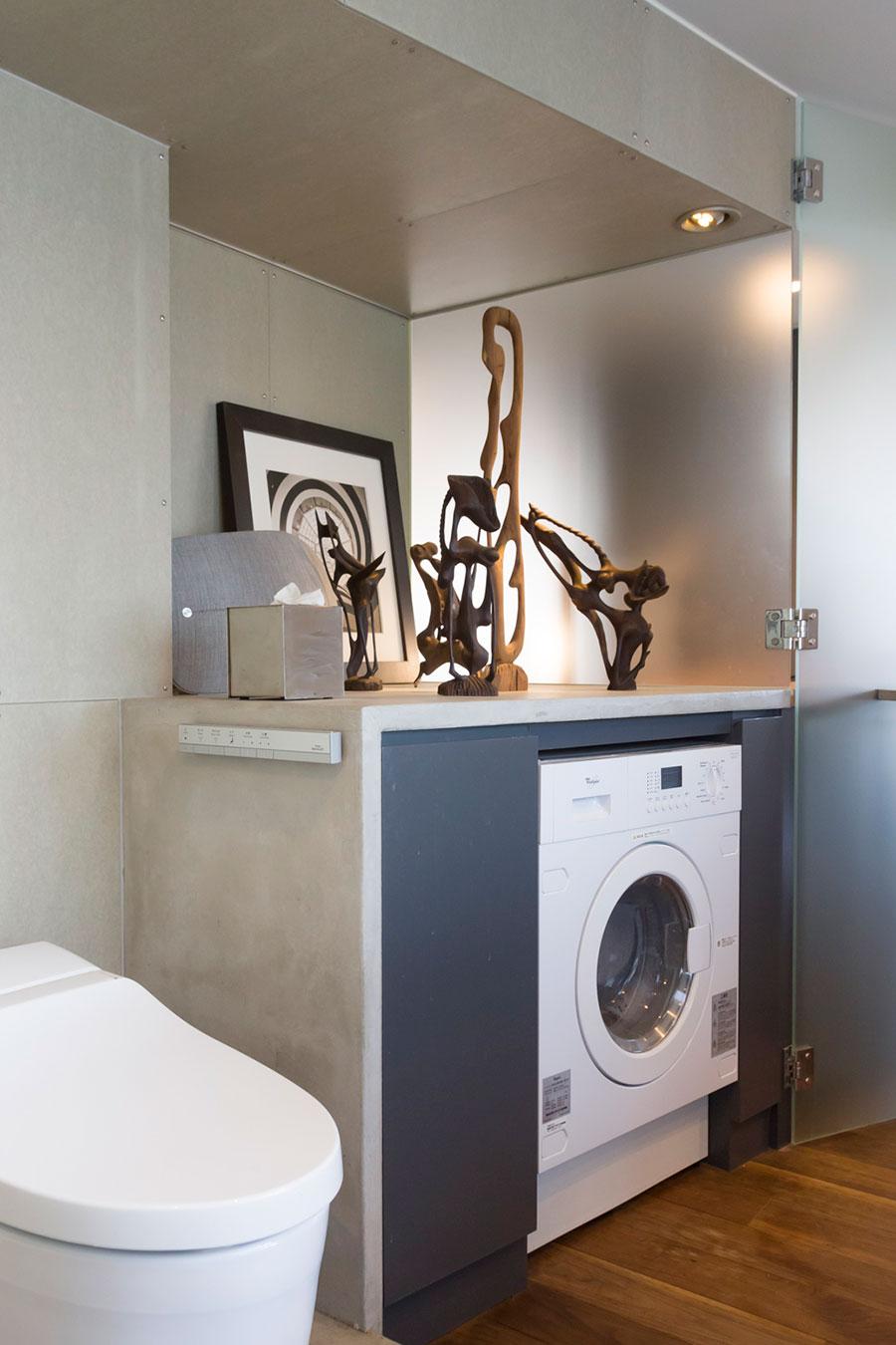バスルームの洗濯機の上にも、オブジェを飾れるスペースを確保。〈Bang & Olufsen〉のスピーカーも。