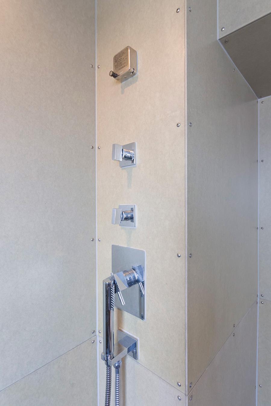 バスルームの壁は外壁材として使われることが多いフレキシブルボードを使っている。
