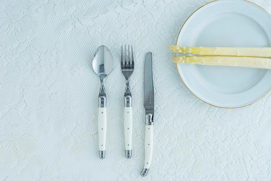 左からテーブルスプーン W215 H40mm ¥1,400 テーブルフォーク W 215 H25mm ¥1,400 イングリッシュナイフ W235 H18mm ¥2,000 以上ライヨール