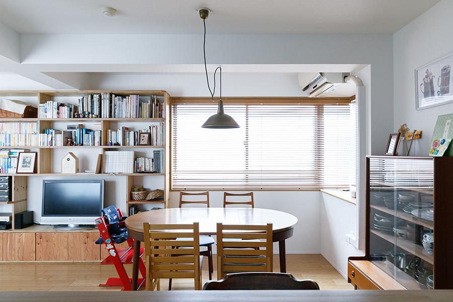 腰窓から光が入り、明るいダイニング。アンティークのエクステンションテーブルや食器棚など以前から使っていた家具も、A+Saが修理。