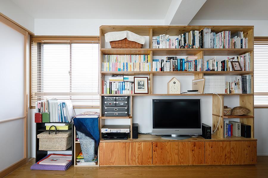 壁付けの本棚兼テレビ台。圧迫感をなくすため、天井までの高さではなく、梁に合わせて設計。