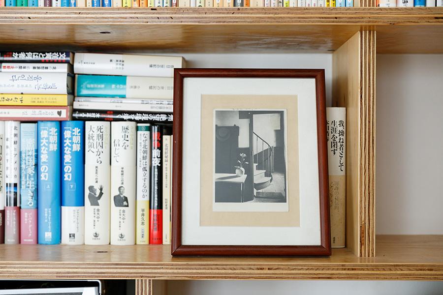 本棚はラーチ合板で。色合いが手持ちの家具と相性がよく、夫妻の好みとも合ったため採用。