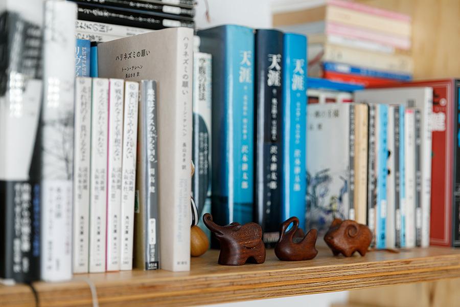 本棚には、お気に入りの雑貨や絵ハガキなども並ぶ。