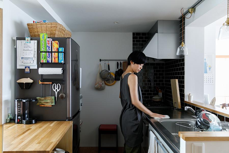 キッチンは設備機器を交換し、壁面に緑色のタイルを貼って雰囲気も一新。