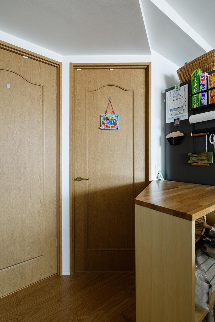 作業台が出入りの妨げにならないよう、写真中央のドアの位置や角度も変更。