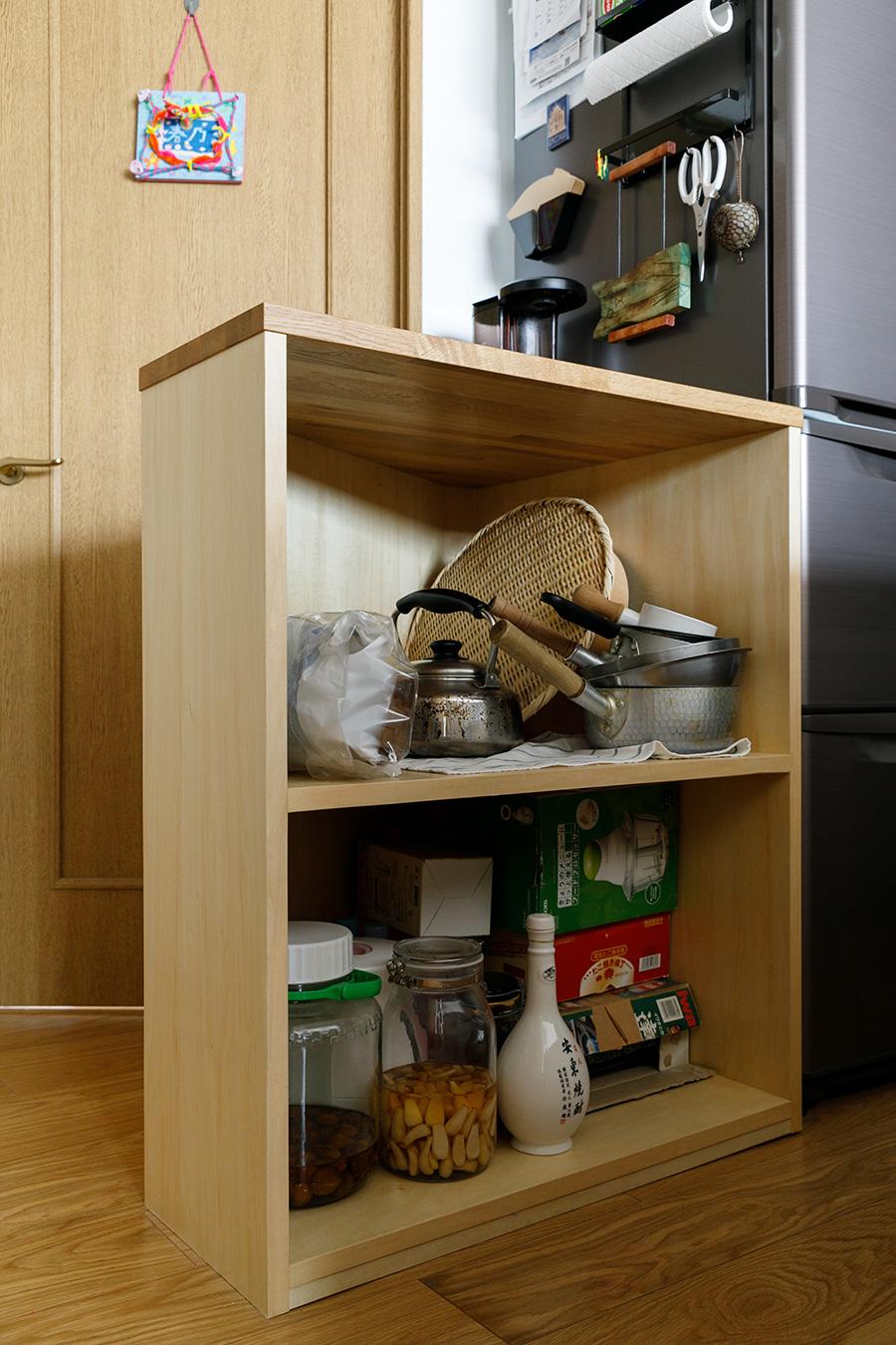 """収納棚を兼ねた作業台。上嶋家では""""おてつ台""""と呼ばれている。"""