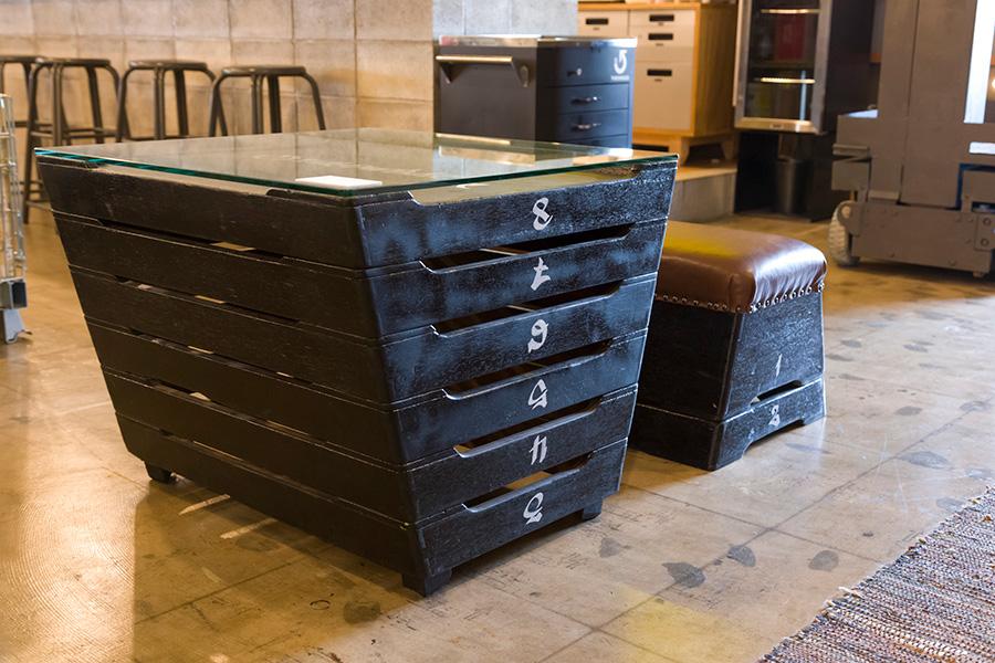 〈VAULTIN TABLE & BENCH〉 黒にペイントした跳び箱の上2段をイスに、下は天地を逆にしてテーブルに。跳び箱だったおもしろさはそのままに、色と数字のフォントを変えてクールに変身。