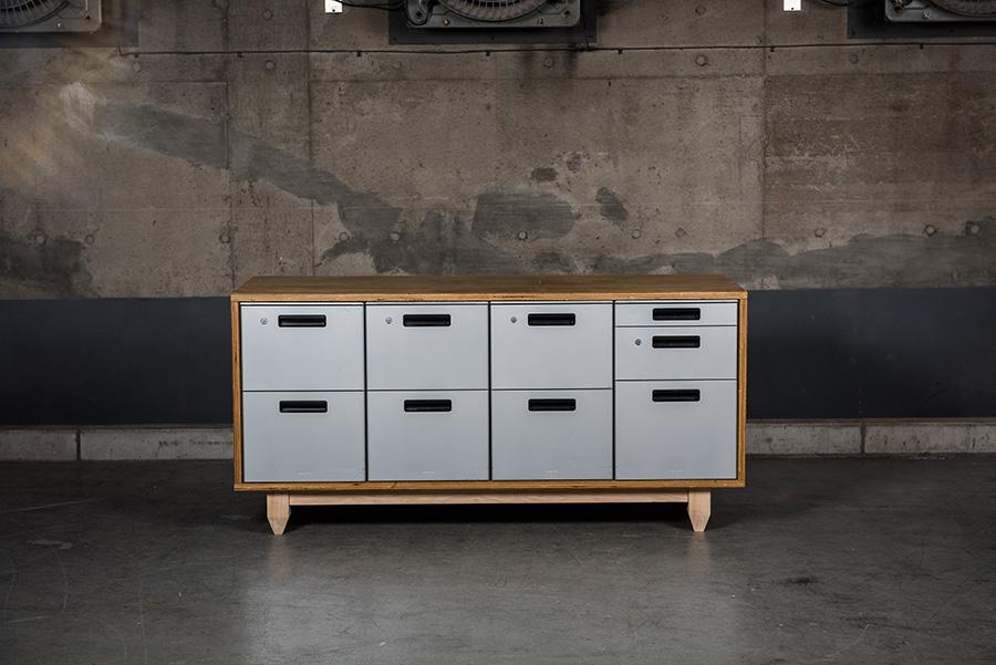 〈DESK WAGON STORAGE〉 オフィスキャビネットを木枠に収めるだけで、見違えるほどカッコいい家具になる。
