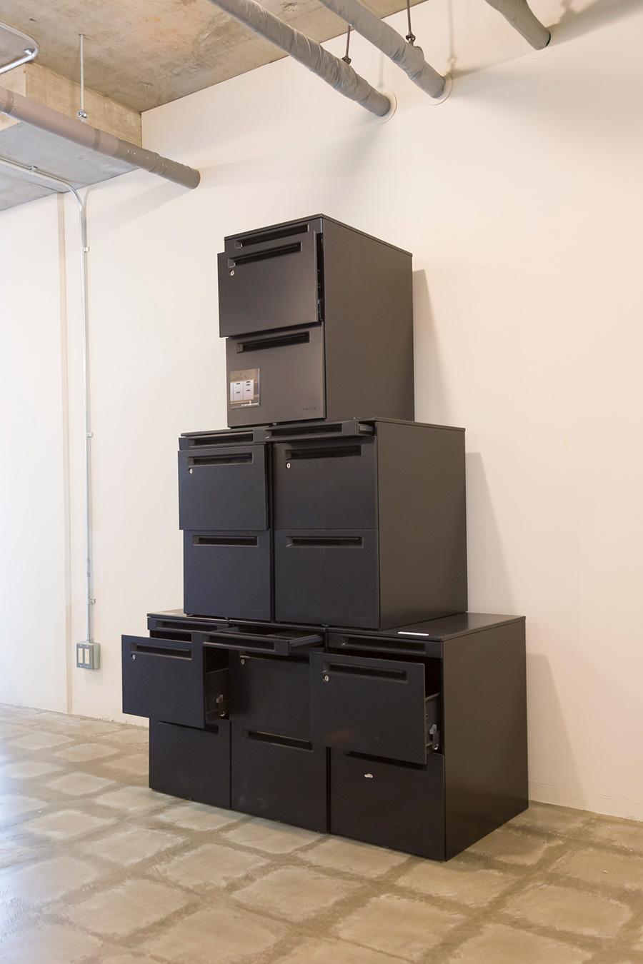 [DESK WAGON STORAGEの材料] リユース市場で買い手がつかなかったオフィスキャビネットは、通常は鉄としてのリサイクルに回る。