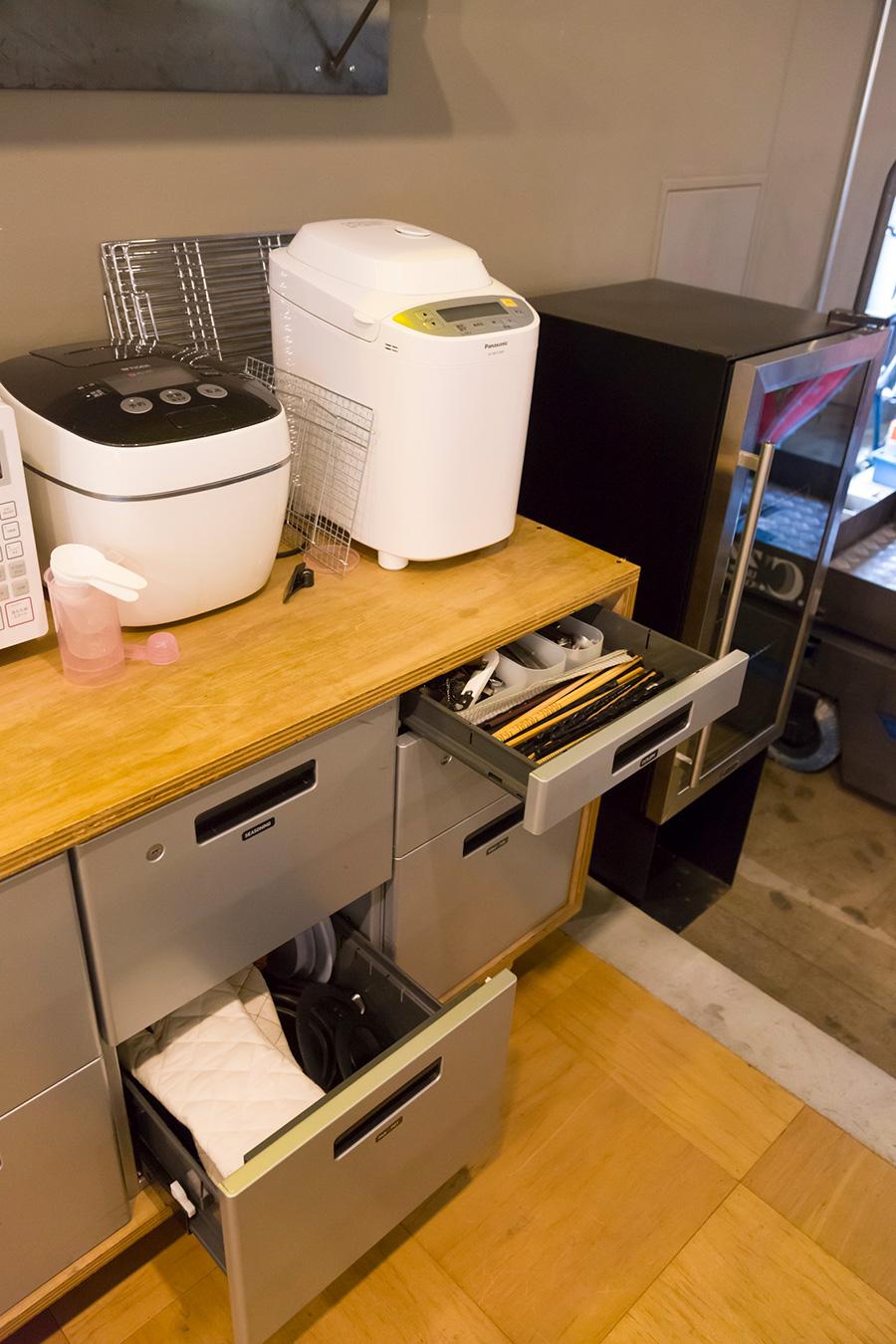 『オープン・エー』のオフィスでは、〈DESK WAGON STORAGE〉をキッチンのキャビネットとして使っている。