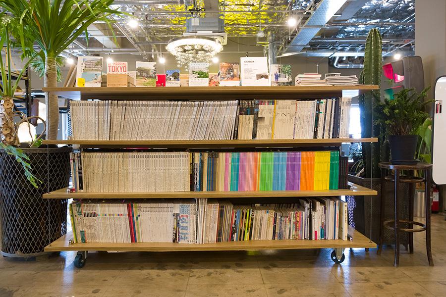 〈BENCH LEGS SHELF〉 駅などで使われるベンチの脚を積み重ねて本棚に。両面から使うことができる。