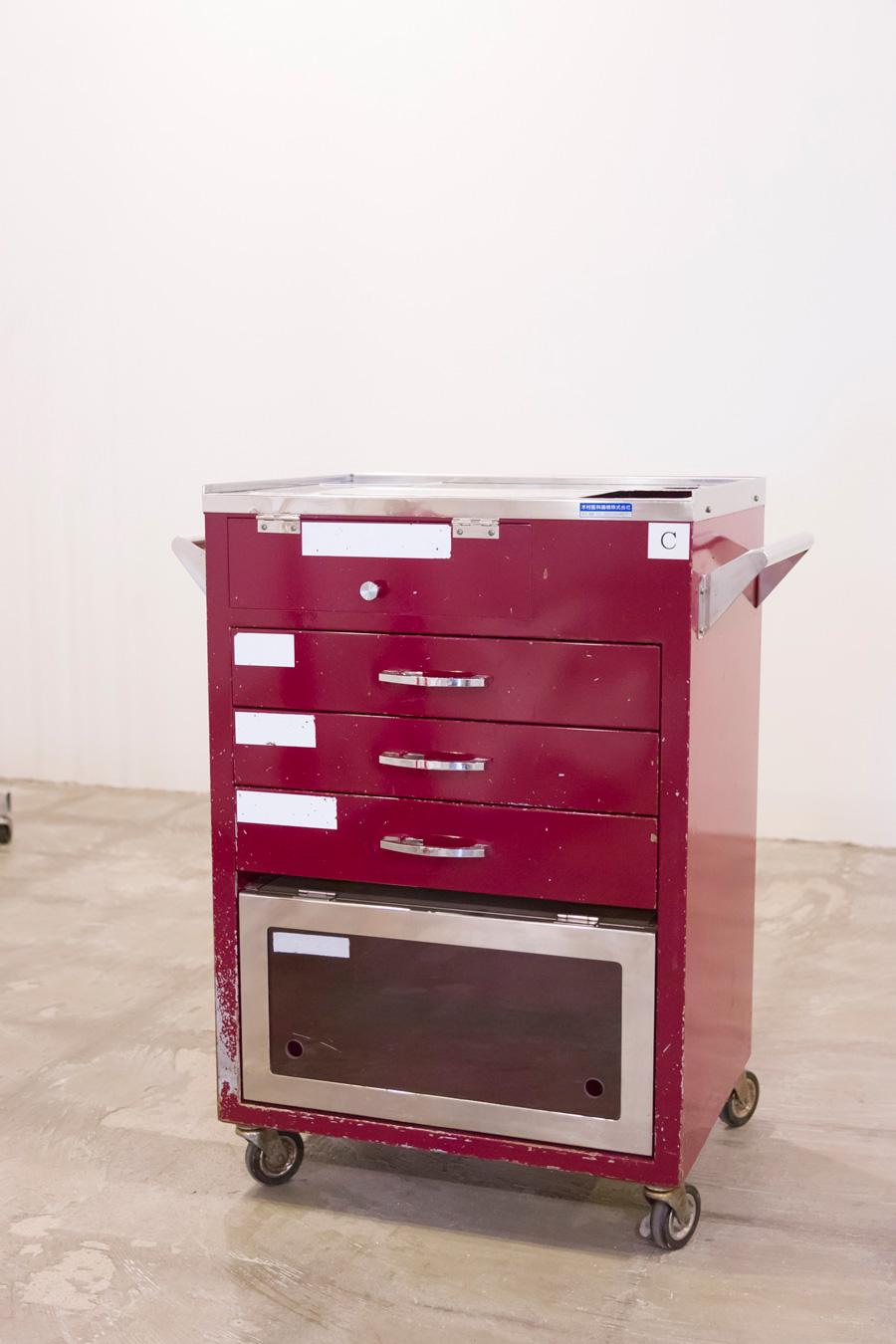[HOSPITAL WAGONの材料] 病院の移転に伴い廃棄されたモノで、汎用性が低いため、リユース市場には出回らず、通常は金属としてリサイクルされる。