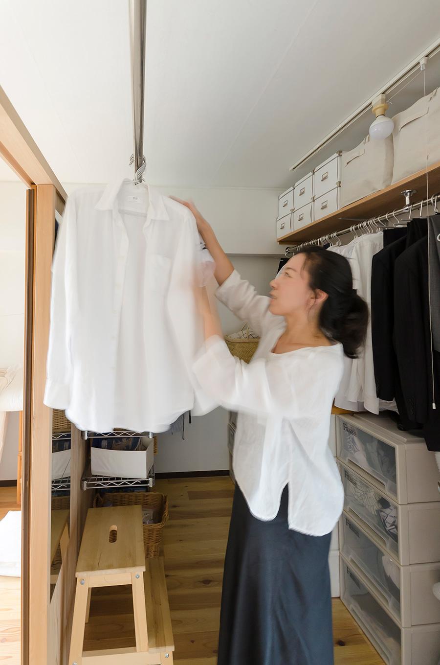 収納だったところを3畳のクローゼットに。服は畳まずハンガーにかけるという選択で家事がぐっと楽に。ミニマリスト尾崎友吏子さん。ブログでミニマルな生活の心地よさを発信。『追われない家事』(KADOKAWA)などの著書も。