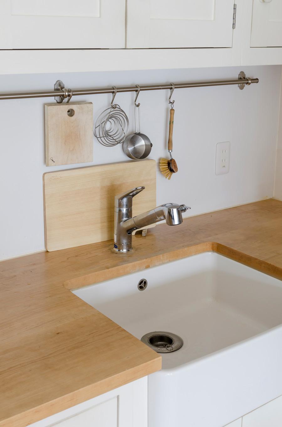 シンクまわりにはよく使うキッチンツールを厳選し、掃除の手間を最小限に。