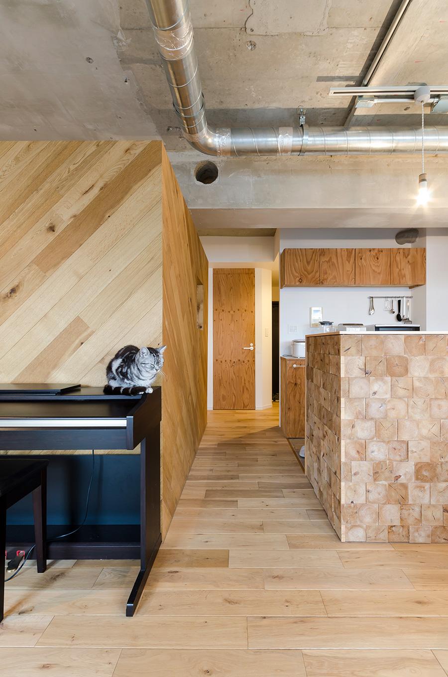 ベッドスペースとキッチンの間に玄関への扉が。
