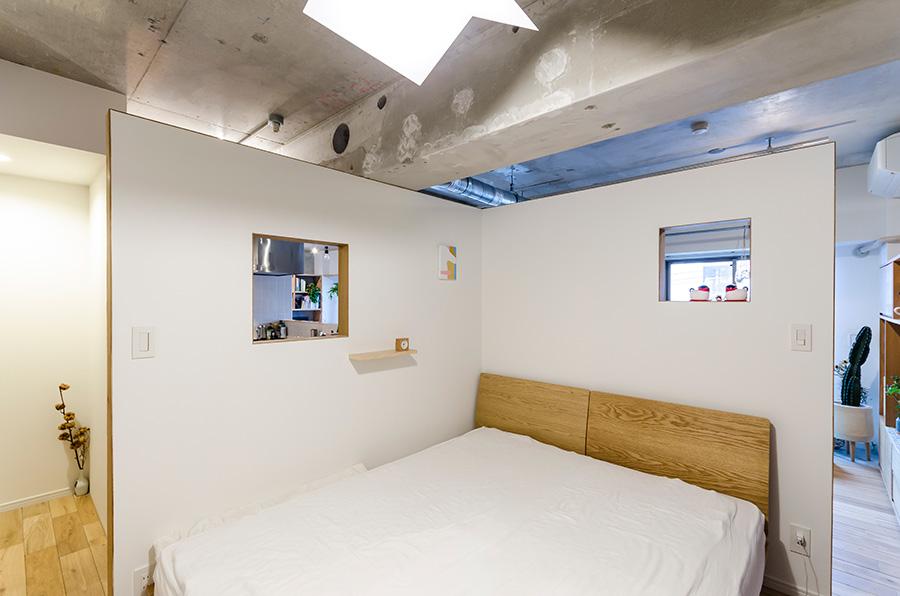 ベッドスペースには家族3人で使える大きなベッドを用意。
