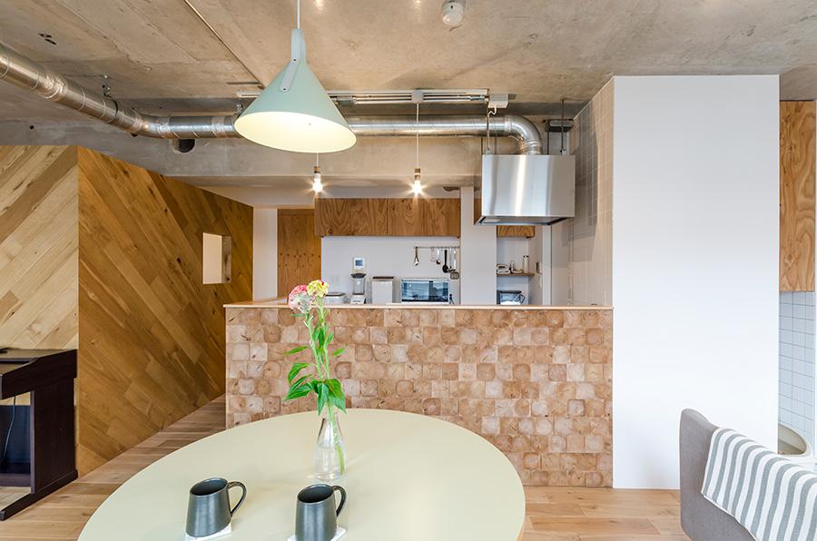 木材のブロックを組み合わせたキッチンの腰壁。