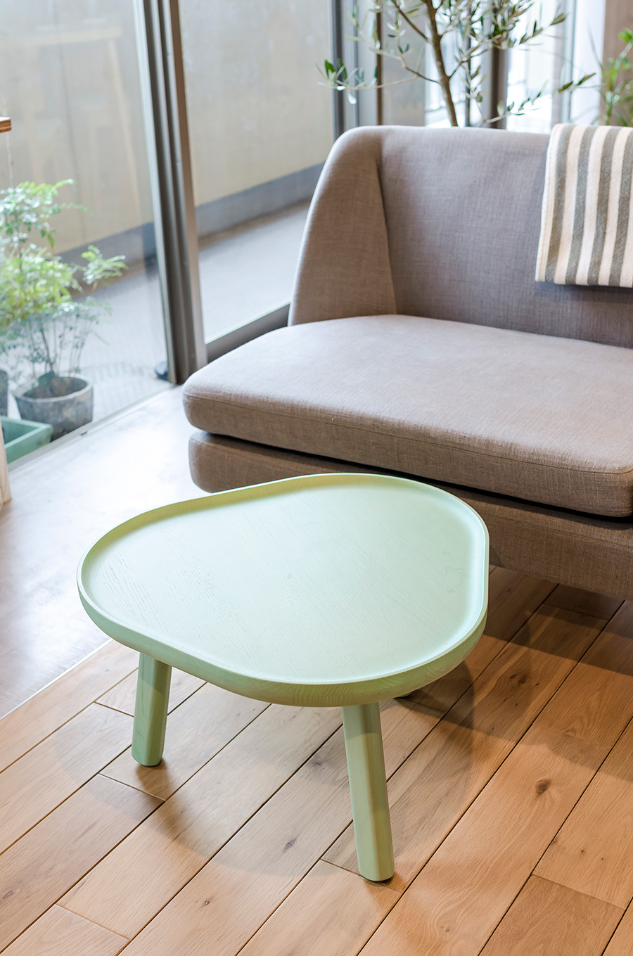 「KARIMOKU NEW STANDARD」の三角ローテーブル。
