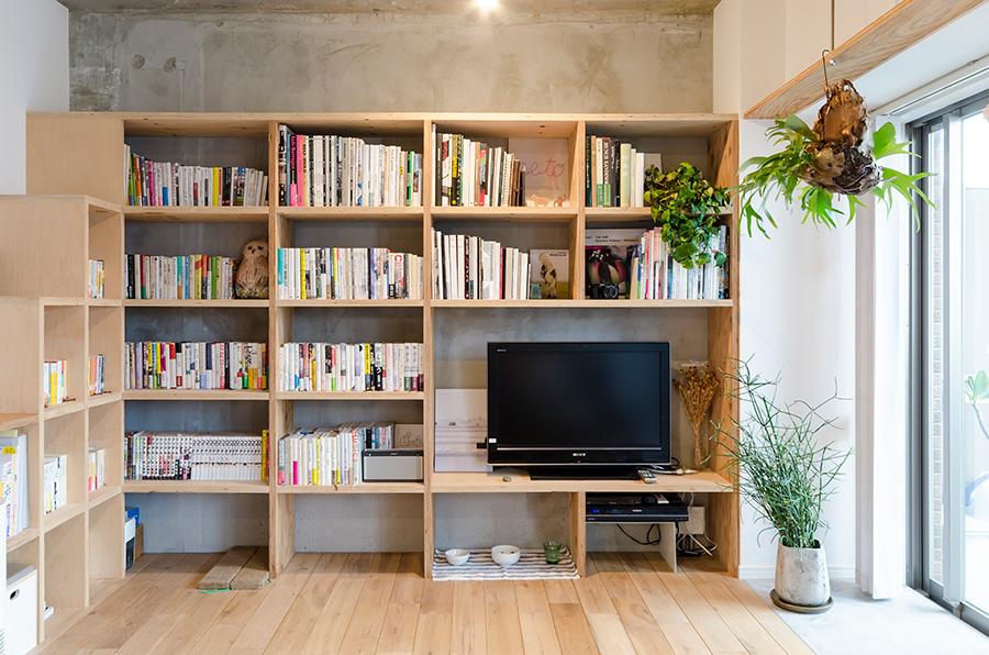 大好きな本や画集を飾りながら収納できる大きな本棚。