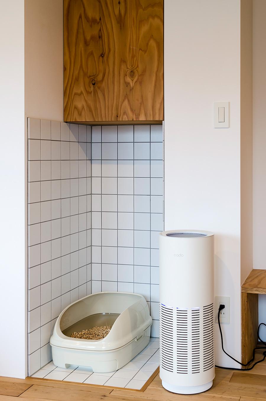 猫のトイレの横には空気清浄機「cado」