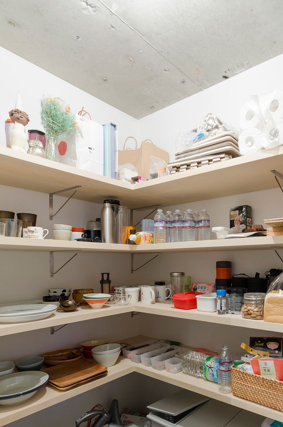 食器や食品を収納するためのパントリー。