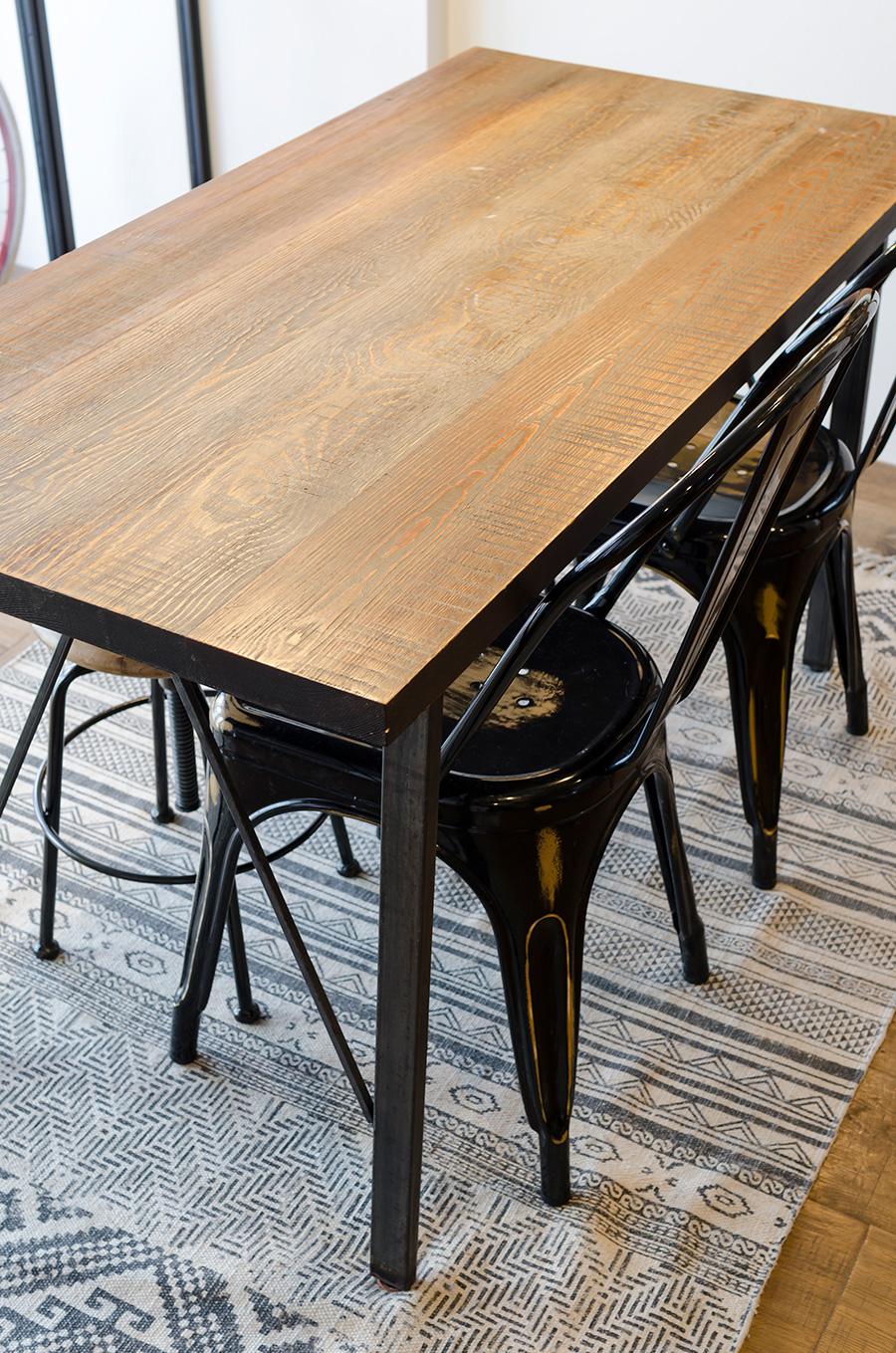 キッチンの前には「journal standard Furniture」のダイニングテーブル。