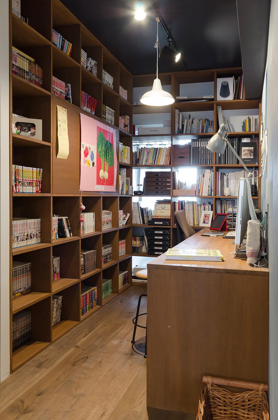 書斎は壁一面が本棚になっているスタイル。