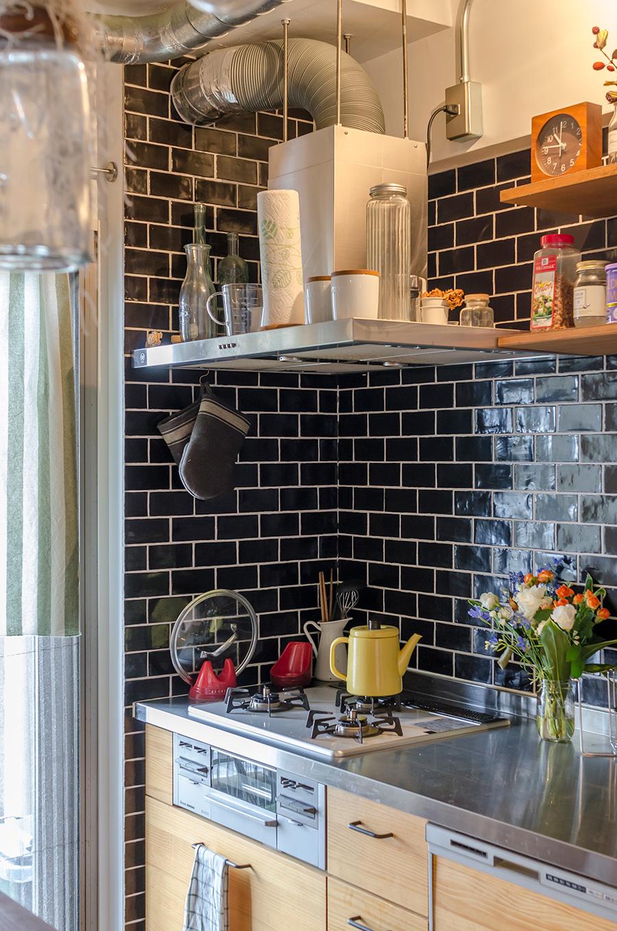 キッチンの壁面は黒のセラミックタイルでシックな印象に。