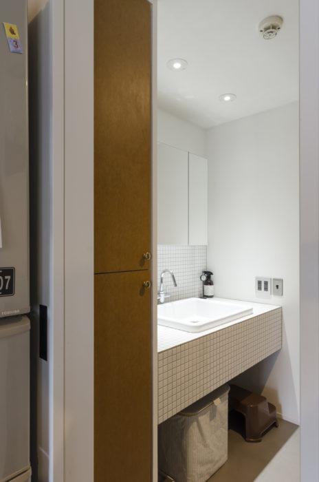 バスルームは白いタイルを基調とした。
