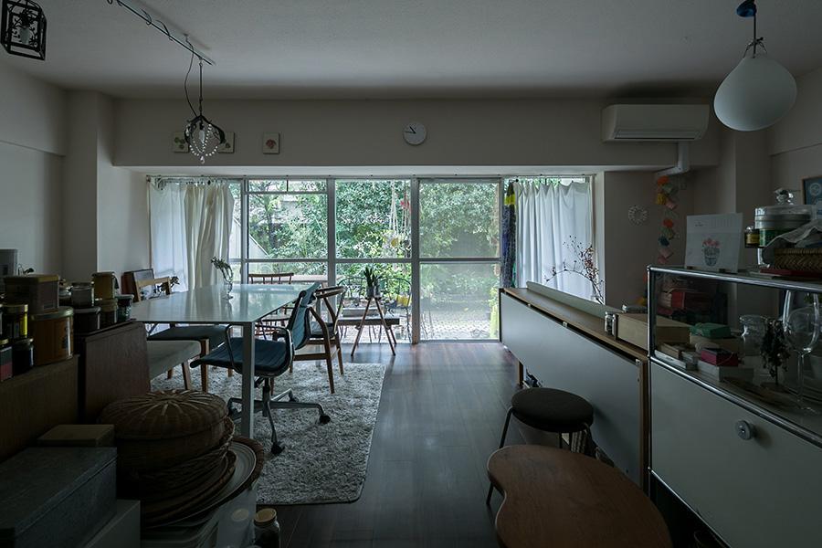 緑が映え、一軒家のようなLDK。ハンス・J・ウェグナーのデイベッドは空間の仕切りにもちょうどよい。