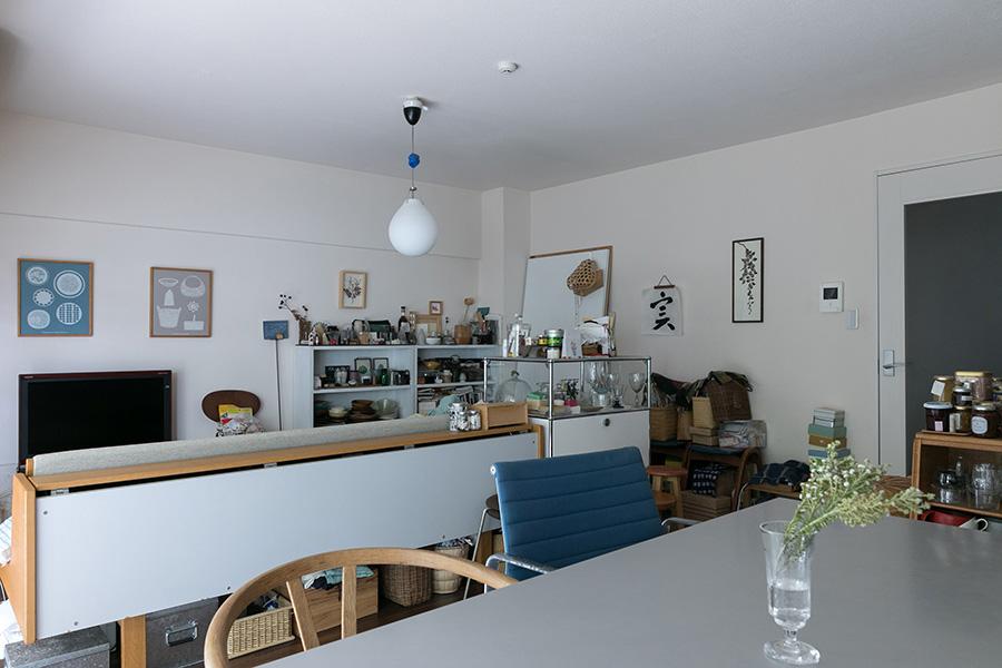 デイベッドの脇の棚はスイスのUSMのヴィンテージ。金属の家具もシンプルなデザインで違和感なく収まる。